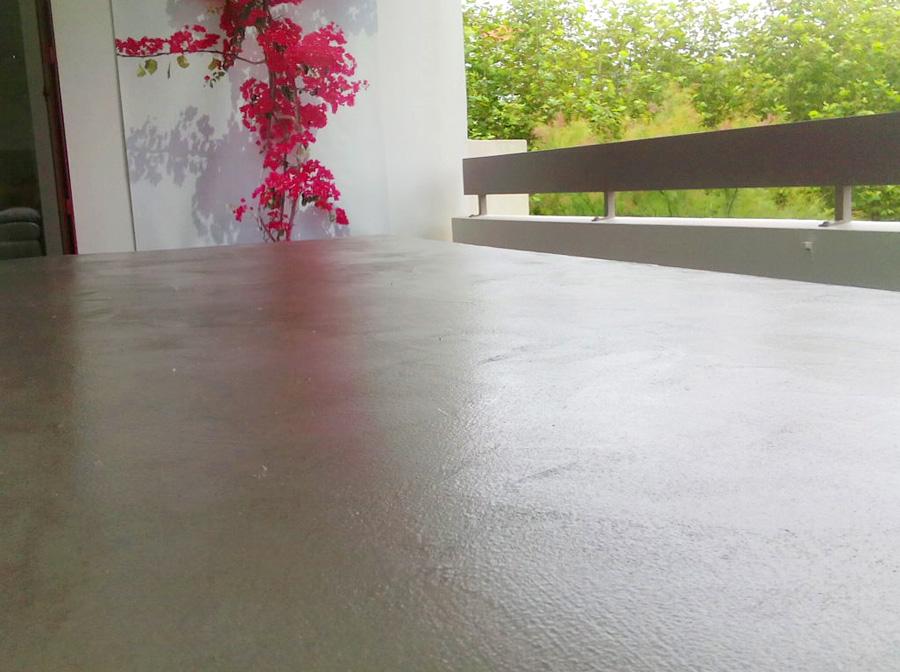 Table en bois convertie en béton ciré