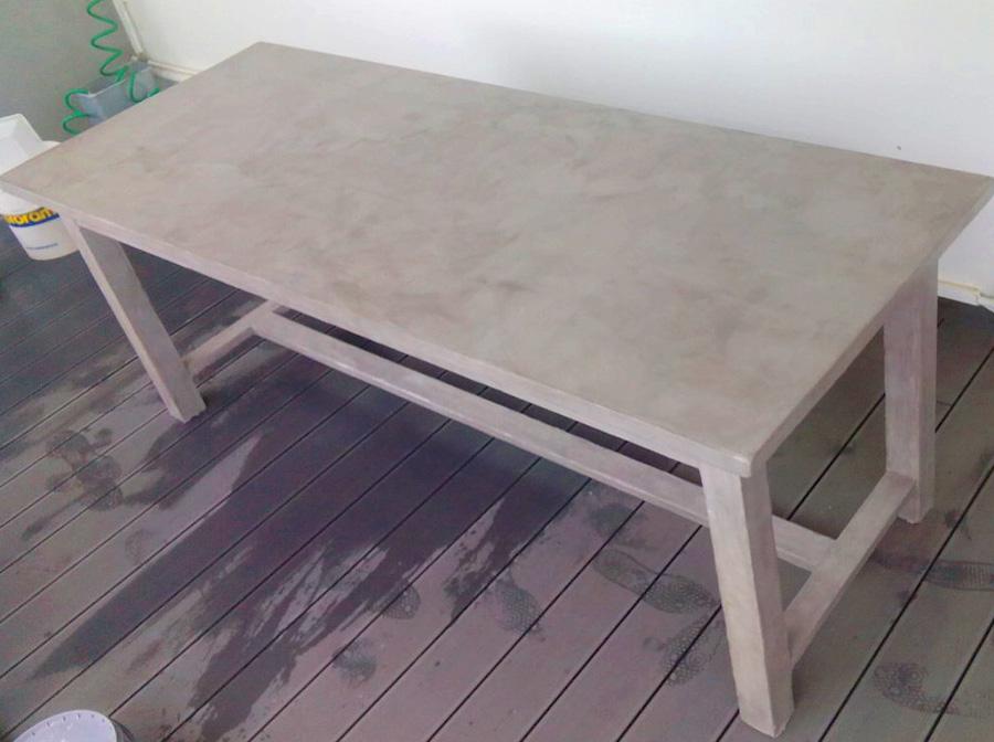 Table de jardin en béton ciré après rénovation